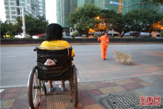 福建龙岩有一种爱情坐着轮椅陪你扫马路